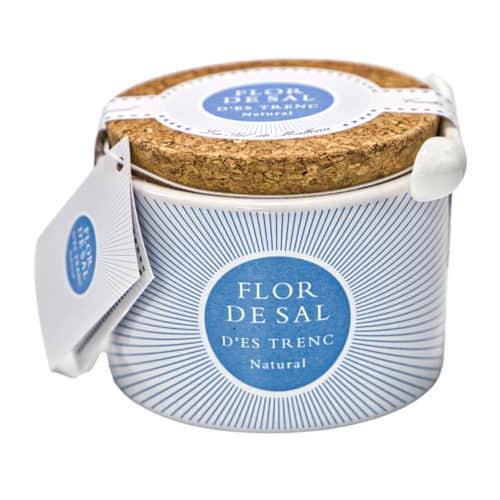 flor de sal des trenc mediterránea en una olla de cerámica original mallorquinisches bio gewuerzsalz im keramiktopf 150g front
