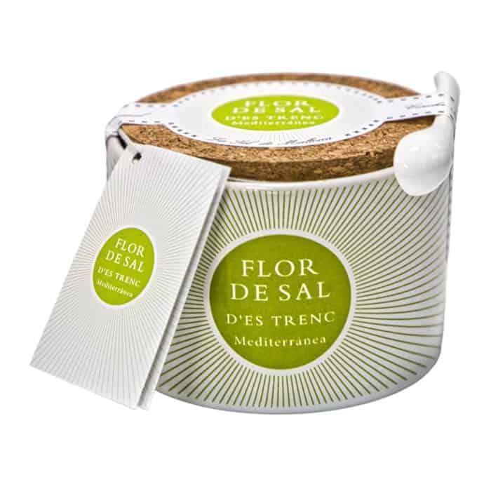 flor de sal des trenc natural en una olla de cerámica original mallorquinisches premium meersalz im keramiktopf 150g front